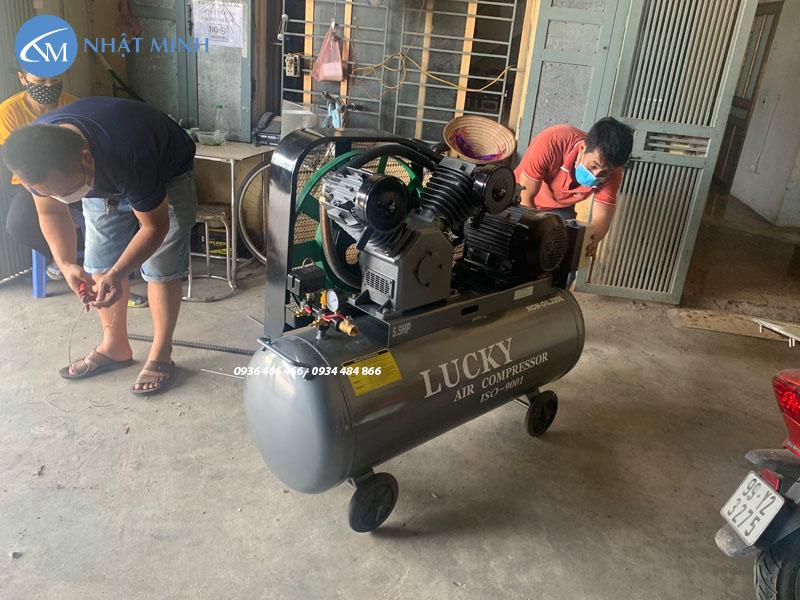 Máy nén khí piston không dầu 220 lít 5.5hp Lucky giao khách
